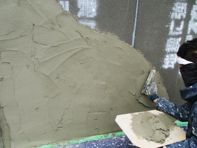 モルタル壁を塗る職人