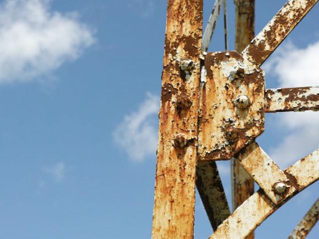 腐食が激しい鉄塔