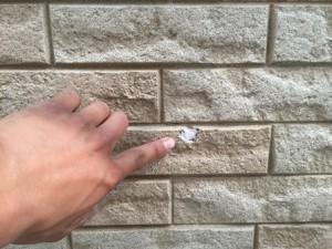 外壁の欠けをパテ補修