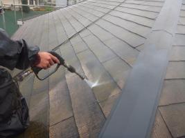こけで汚れた屋根の高圧洗浄