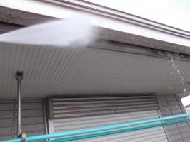 千葉県柏市N様邸の外壁塗装と屋根塗装工程:雨どいの高圧洗浄