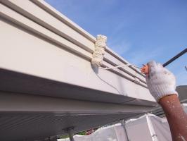 千葉県柏市N様邸の外壁塗装と屋根塗装工程:上塗り1回目 (ファインシリコンフレッシュ)