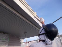 千葉県柏市N様邸の外壁塗装と屋根塗装工程:上塗り2回目 (ファインシリコンフレッシュ)