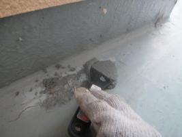 千葉県船橋市U様邸の外壁塗装と屋根塗装工程:劣化箇所の補修(カチオンセメント)