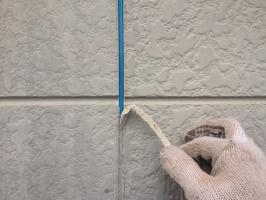 千葉県柏市M様邸の外壁塗装と屋根塗装工程:目地のコーキング剤の打ち替え(撤去)