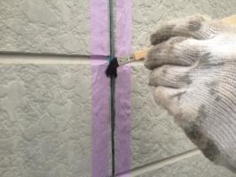 千葉県柏市M様邸の外壁塗装と屋根塗装工程:コーキングの打ち替え(プライマー)