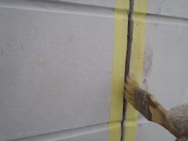 千葉県柏市O様邸の外壁塗装と屋根塗装工程:コーキングの打ち替え(プライマー)