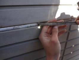 千葉県柏市O様邸の外壁塗装と屋根塗装工程:目地のコーキング剤の打ち替え(撤去)