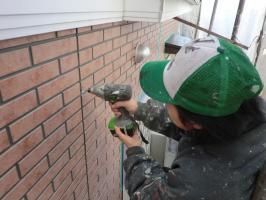 千葉県松戸市O様邸の外壁塗装と屋根塗装工程:目地のコーキング剤除去