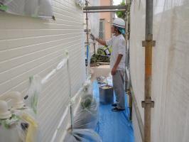 茨城県取手市T様邸の外壁塗装と屋根塗装工程:中塗り1回目 (ダイヤモンドコートBS水性)