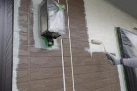 千葉県成田市M様邸の外壁塗装と屋根塗装工程:中塗り1回目(ダイヤモンドコートBS水性)
