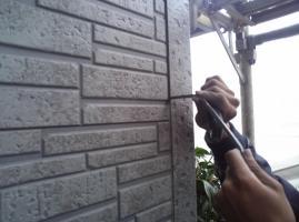 千葉県柏市I様邸の外壁塗装と屋根塗装工程:目地のコーキングの打ち替え