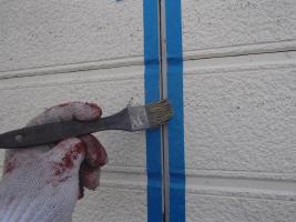 千葉県柏市O様邸の外壁塗装と屋根塗装工程:目地のコーキングの打ち替え(プライマー塗布)