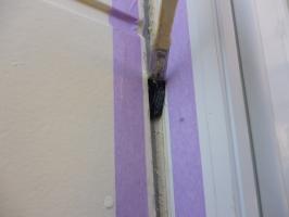 千葉県柏市K様邸の外壁塗装と屋根塗装工程:目地のコーキングの打ち替え(プライマー塗布)