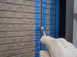 千葉県松戸市S様邸の外壁塗装と屋根塗装工程:目地のコーキングの打ち替え(プライマー塗布)