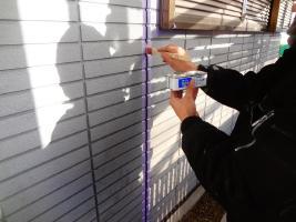 茨城県龍ヶ崎市K様邸の外壁塗装と屋根塗装工程:目地のコーキングの打ち替え(プライマー塗布)