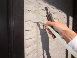 千葉県我孫子市H様邸の外壁塗装と屋根塗装工程:目地のコーキングの打ち替え(撤去)
