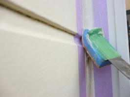 千葉県柏市K様邸の外壁塗装と屋根塗装工程:目地のコーキング剤の打ち替え(ならし)