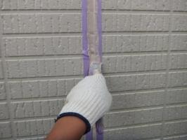 茨城県つくばみらい市N様邸の外壁塗装と屋根塗装工程:目地のコーキング剤の打ち替え(ならし)