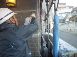 千葉県船橋市U様邸の外壁塗装と屋根塗装工程:目地のコーキングの打ち替え(撤去)