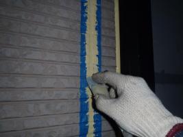千葉県松戸市S様邸の外壁塗装と屋根塗装工程:目地のコーキング剤の打ち替え(ならし)