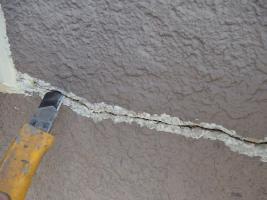 茨城県取手市M様邸の外壁塗装と屋根塗装工程:サイディングボードのパテ補修(Vカット)