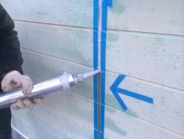千葉県野田市O様邸の外壁塗装と屋根塗装工程:目地のコーキングの打ち替え(打ち込み)