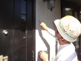 千葉県我孫子市H様邸の外壁塗装と屋根塗装工程:目地のコーキングの打ち替え(プライマー塗布)