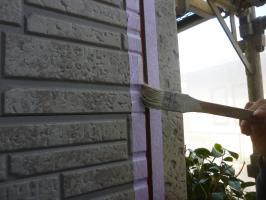 千葉県柏市I様邸の外壁塗装と屋根塗装工程:サイディングボードのパテ補修(プライマー塗布)