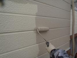 千葉県柏市O様邸の外壁塗装と屋根塗装工程:上塗り1回目(DANシリコンセラR)