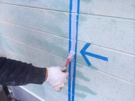 千葉県野田市O様邸の外壁塗装と屋根塗装工程:目地のコーキングの打ち替え(ならし)