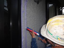千葉県我孫子市H様邸の外壁塗装と屋根塗装工程:目地のコーキングの打ち替え(打ち込み)
