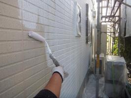 茨城県つくばみらい市N様邸の外壁塗装と屋根塗装工程:上塗り1回目(パーフェクトトップ)