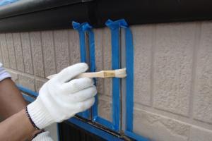 千葉県成田市M様邸の外壁塗装と屋根塗装工程:目地のコーキングの打ち替え(プライマー塗布)
