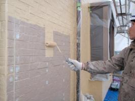 茨城県取手市H様邸の外壁塗装と屋根塗装工程:中塗り1回目(ダイヤモンドコートBS水性)