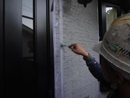 千葉県我孫子市H様邸の外壁塗装と屋根塗装工程:目地のコーキング剤の打ち替え(ならし)