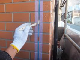 千葉県船橋市U様邸の外壁塗装と屋根塗装工程:目地のコーキングの打ち替え(プライマー塗布)