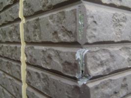 千葉県松戸市S様邸の外壁塗装と屋根塗装工程:サイディングパネルコーナー部分の補修