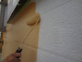 千葉県松戸市S様邸の外壁塗装と屋根塗装工程:上塗り1回目(パーフェクトトップ)