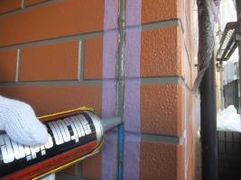 千葉県船橋市U様邸の外壁塗装と屋根塗装工程:目地のコーキングの打ち替え(打ち込み)