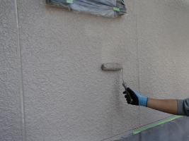 茨城県取手市M様邸の外壁塗装と屋根塗装工程:上塗り2回目(ファインシリコンフレッシュ)