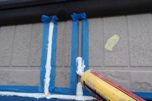 千葉県成田市M様邸の外壁塗装と屋根塗装工程:目地のコーキングの打ち替え(打ち込み)