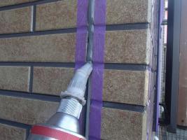 千葉県柏市O様邸の外壁塗装と屋根塗装工程:目地のコーキングの打ち替え(打ち込み)