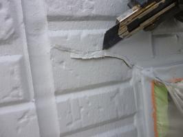 千葉県柏市I様邸の外壁塗装と屋根塗装工程:クラックのパテ補修