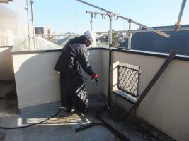 千葉県船橋市U様邸の外壁塗装と屋根塗装工程:殺菌洗浄剤塗布