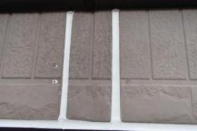 千葉県成田市M様邸の外壁塗装と屋根塗装工程:目地のコーキングの打ち替え(ならし)