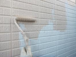 茨城県つくばみらい市N様邸の外壁塗装と屋根塗装工程:【多彩部分】上塗り1回目(UVプロテクトクリアー)