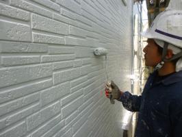 千葉県柏市I様邸の外壁塗装と屋根塗装工程:上塗り1回目(水性ペリアートUV)