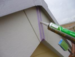 千葉県柏市K様邸の外壁塗装と屋根塗装工程:コーキング打ち替え(打ち込み)