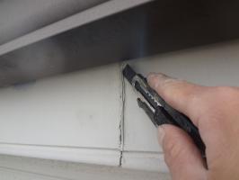 千葉県松戸市S様邸の外壁塗装と屋根塗装工程:コーキング打ち替え(Vカット工法)